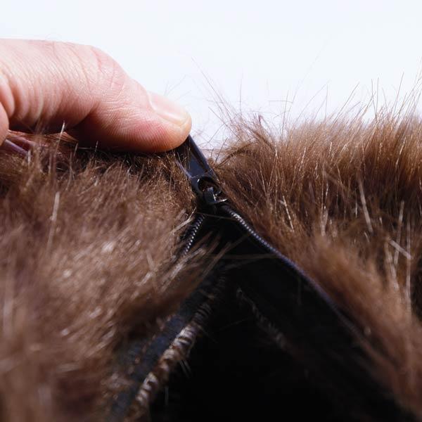 puf gigante marrón TiTAN está en piel de pelo largo