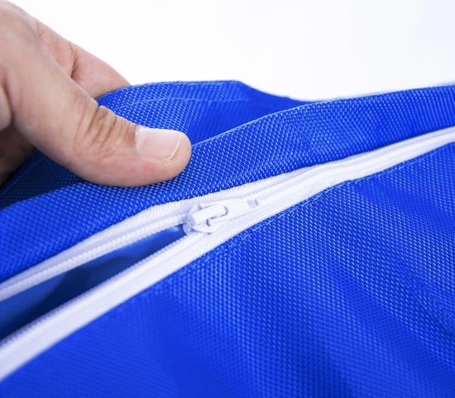 Ultra pratique, le pouf géant extérieur bleu BiG52 IRON RAW est déhoussable.