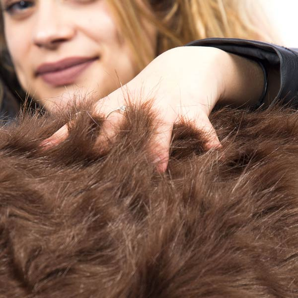 la otomana de pelo largo marrón TiTAN es extraíble