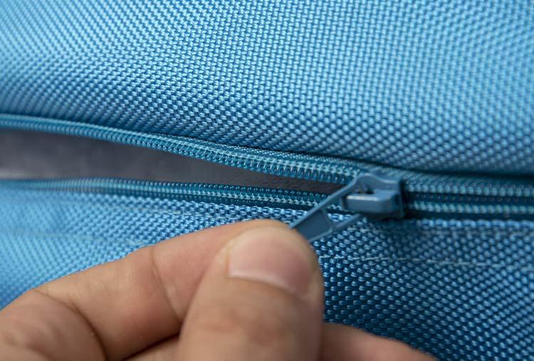 Ultra pratique, le pouf géant extérieur turquoise TiTAN est déhoussable.
