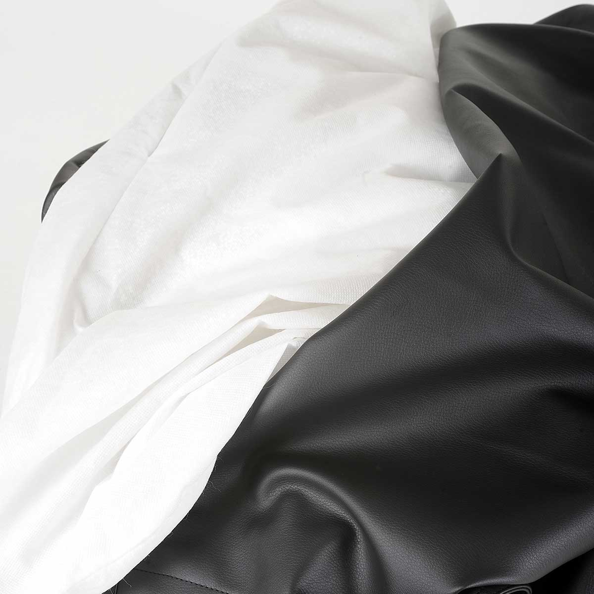 Ultra pratique, le pouf géant simili cuir noir BiG52 est déhoussable.
