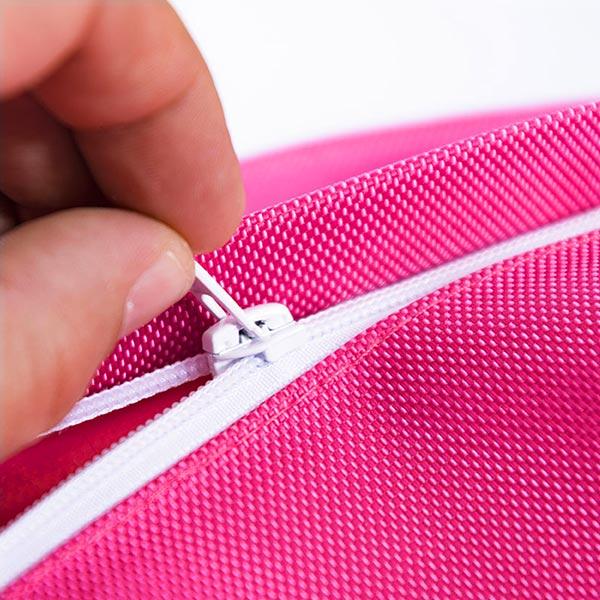Der riesige pinkfarbene BiG52 IRON RAW-Hocker für den Außenbereich ist äußerst praktisch und abnehmbar.